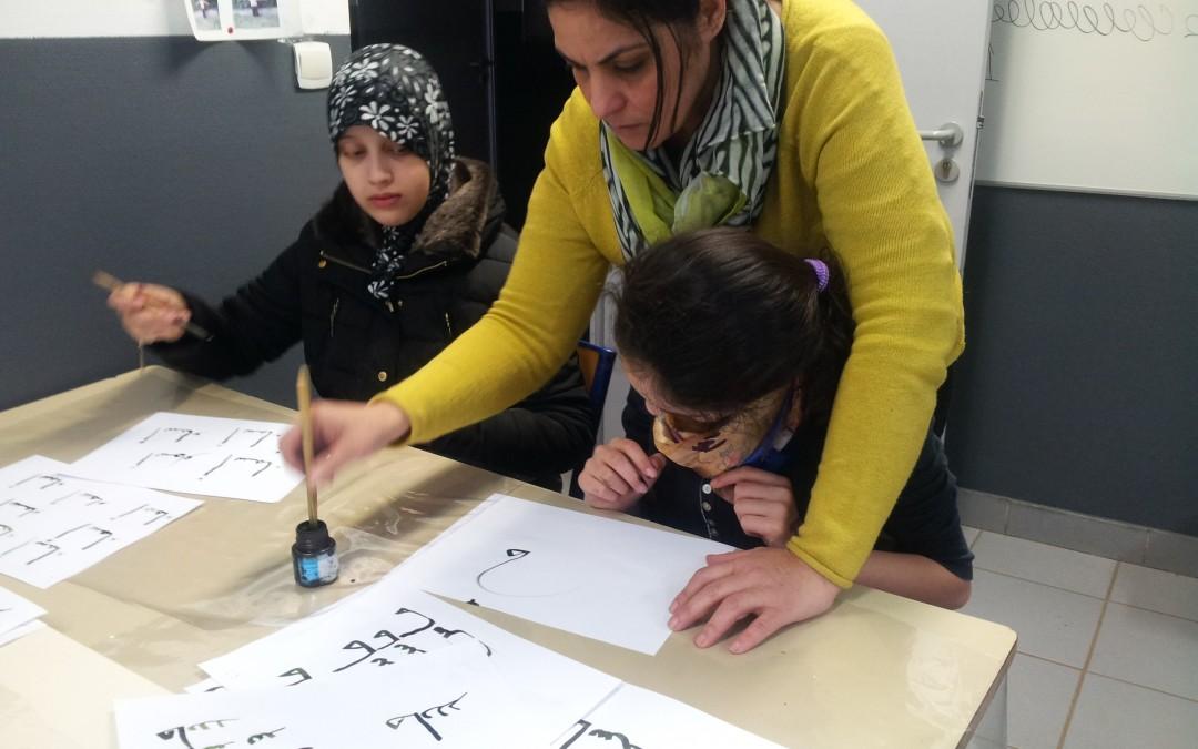 Atelier calligraphie arabe à Al-Kindi: faire découvrir aux élèves l'art d'embellir les lettres