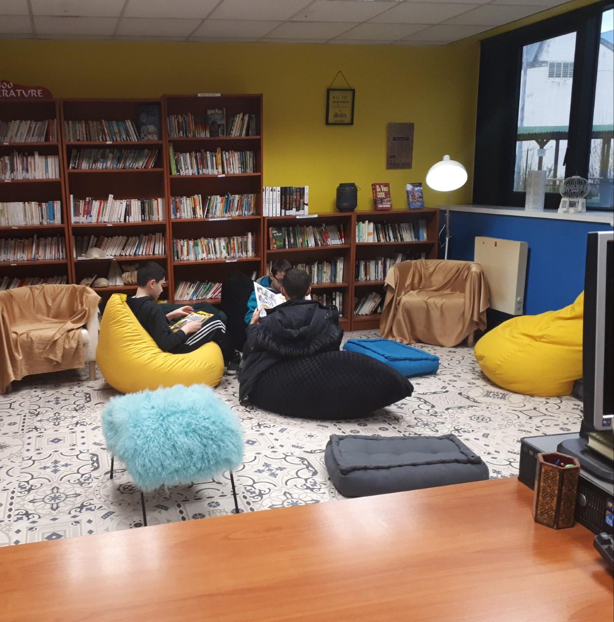Des collégiens lisant dans le nouvel espace de lecture