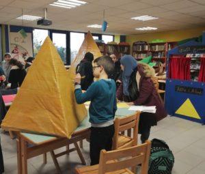 En pleine préparation des maquettes de pyramides, au CDI