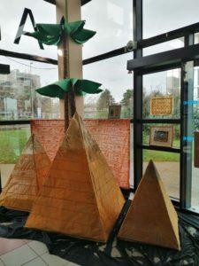 Maquette des pyramides de Gizeh et palmiers géants réalisés par les élèves de 5ème et du Club créatif