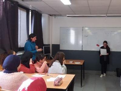 Les élèves lisent les poèmes qu'ils ont écrits sur la nature pour Alexandra.