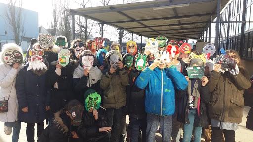 Les masques faits en arts-plastiques à partir des textes créés en français.